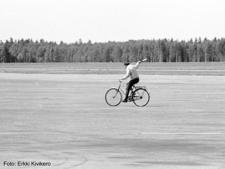 Kivikero: guide landing planes on to the apron by bicycle