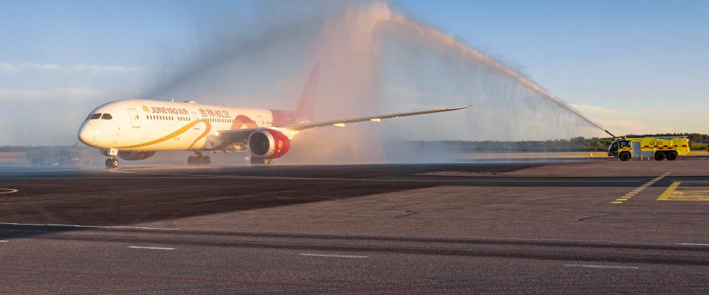 Juneyao airplane getting a water salute.