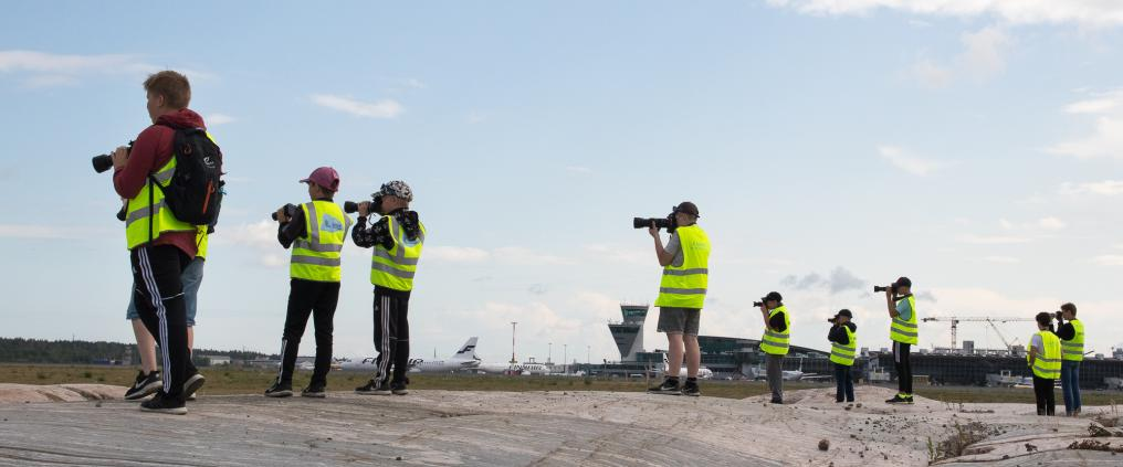 Spotters photographing planes at HELspotting day