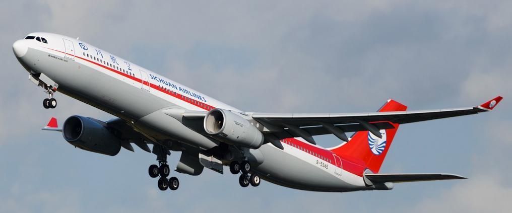 Sichuan Airlinesin lentokone nousemassa taivaalle.