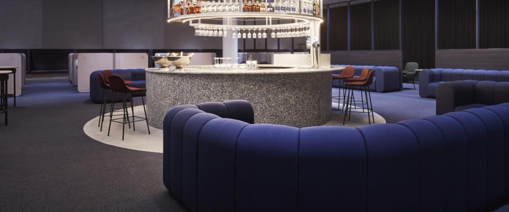 Sininen sohvaryhmä Finnairin uudessa loungessa. Kuva: Finnair