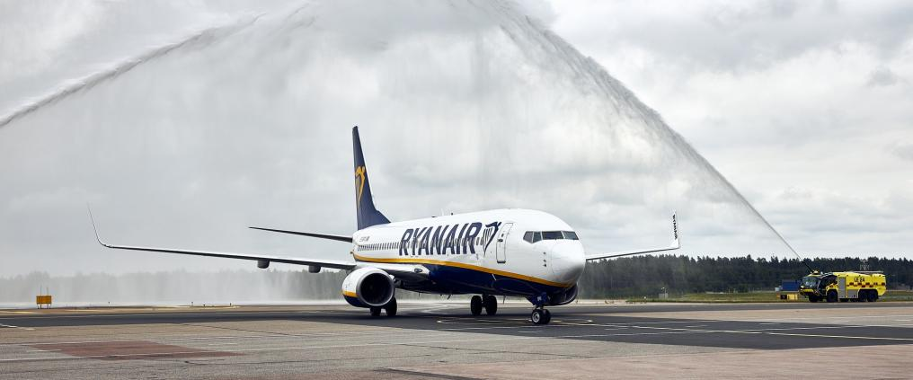 Ryanairin kone kiitotiellä vesiterveydyksen alla