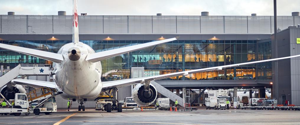 Lentokone Helsinki-Vantaan lentoaseman asematasolla länsisiiven edessä.