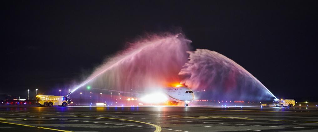 Junayao Air saapuu avauslennollaan Helsinki-Vantaalle ja saa vesitervehdyksen.