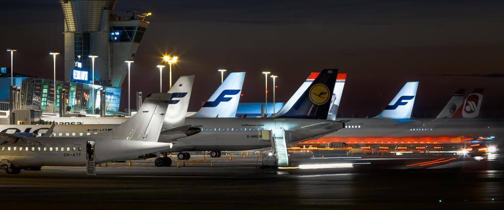 Helsinki-Vantaan lentoaseman ja rivi lentokoneita yöaikaan