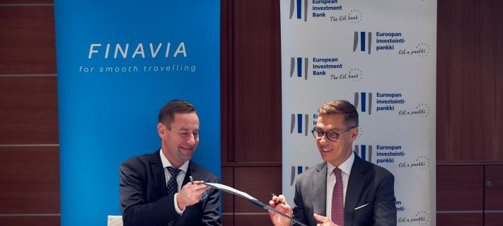 Finavia CEO Kimmo Mäki and EIB Vice-President Alexander Stubb signing the loan agreement